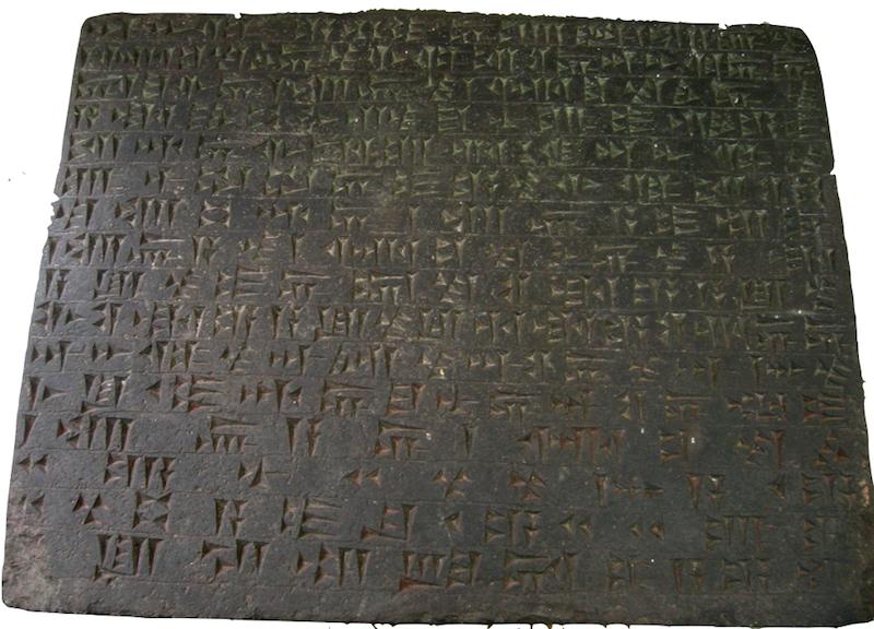 Ejemplo de una tablilla con escritura cuneiforme.
